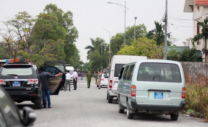 Police surround the way into villas in Hai Phong City where they busted Chinese and Taiwanese making fraudulent phone calls to China to cheat money on November 4, 2014. Photo: Tien Thang/Tuoi Tre