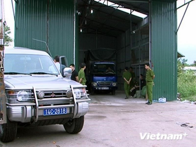Police in Quang Ninh Province check trucks carrying goods smuggled from China on November 2, 2014. Photo: Van Duc/Vietnam Plus