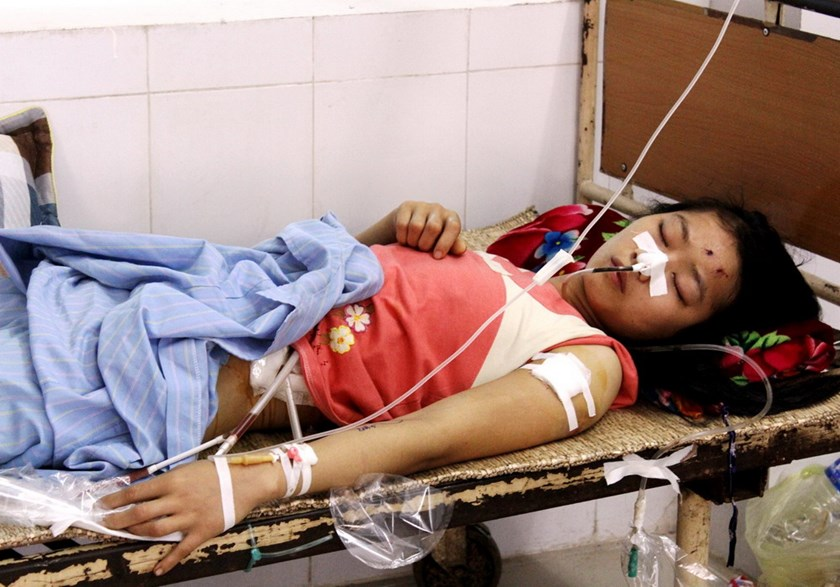 Dinh Thi Chung, 24, is under intensive care at Nghe An General Hospital after caught in gangsters' crossfire on the night of November 4, 2014. Photo: Pham Duc