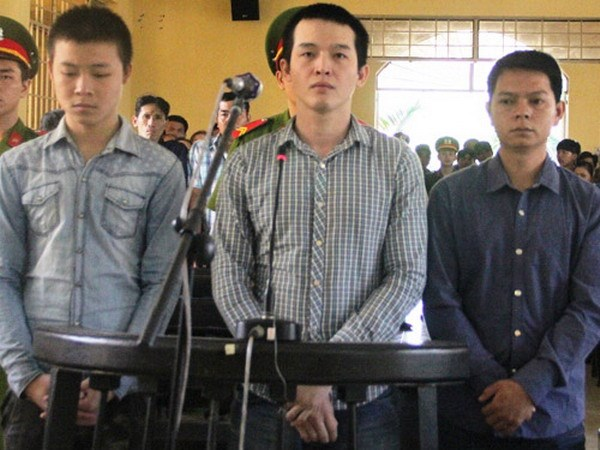 (L-R): Le Tan Khoe, 15, and former cops Le Minh Phat and Le Ngoc Tam being tried for the fatal beating of a teenage boy in Khanh Hoa Province on November 14, 2014. Photo: Nguyen Chung