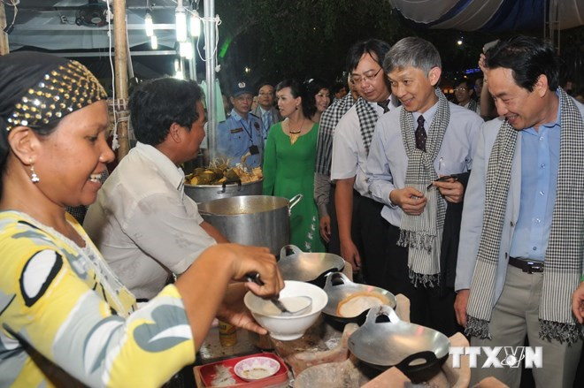 Visitors (R) at a food festival at Dam Sen Park in Ho Chi Minh City in May 2014. Photo: An Hieu/Vietnam News Agency