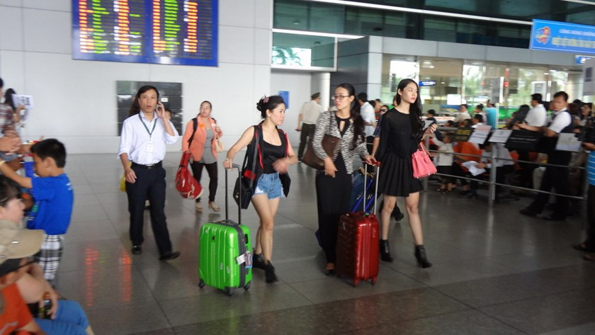 The first passengers arrive at Tan Son Nhat Airport in Ho Chi Minh City after a blackout at the air control center on November 20. 2014. Photo: Mai Vong