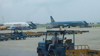 Aircraft and cargo trucks at Tan Son Nhat airport in Ho Chi Minh City. Photo: Dinh Quan