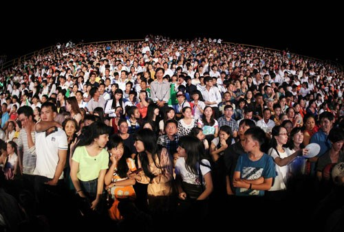 Audiences at the musical gala Khat Vong Tre in Phu Quoc on the night of November 15, 2014. Photo: D.N.T.