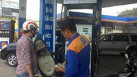 A man fills his bike with E5 biofuel at a fillings station on Ly Chinh Thang Street, Ho Chi Minh City on November 28, 2014. Photo: Thuy Vi