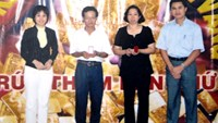 Truong Vu Dung (2nd, L) poses after receiving a lucky draw award. Photo supplied to Tuoi Tre