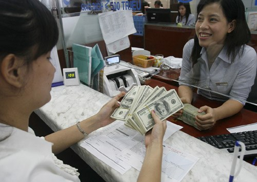 A US dollar transaction at a bank in Hanoi. Photo: Ngoc Thang