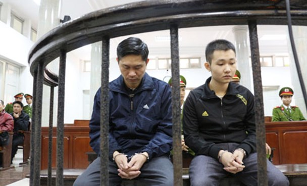 (L-R) Nguyen Manh Tuong and Dao Quang Khanh at a Hanoi trial on December 5 for dumping a patient who received fatal plastic surgeries from Tuong in 2013. Photo: Ha An
