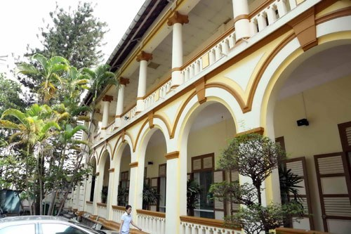 The wide verandas and wooden shutters on the District 1 People's Committee building are characteristic of 19th century French colonial architecture. Photo: Doc Lap