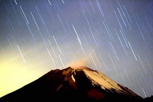 Geminids meteor shower over Popocatépetl volcano in Mexico on December 14, 2004. Photo credit: VietnamPlus/independent.co.uk