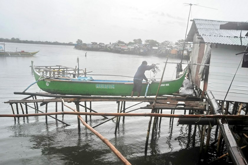 A man prepares his boat for fishing as the effects of Typhoon Hagupit weaken in Cavite, south of Manila December 9, 2014. Photo: Reuters/Ezra Acayan