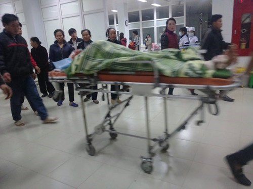 Nguyen Van Thung, 20, is covered in a blanket at a hospital in Nghe An Province after an explosion, suspected to come from his firecracker production, on December 14, 2014. Photo: Pham Duc