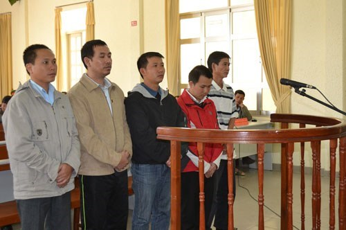 Dang Ngoc Bich (2nd, L), a former Agribank executive, and his subordinate Nguyen Huu Thuy (in red) being sentenced by a judge in Lam Dong Province on December 15, 2014. The other three received minor sentences for helping gamble the money away. Photo: Lam
