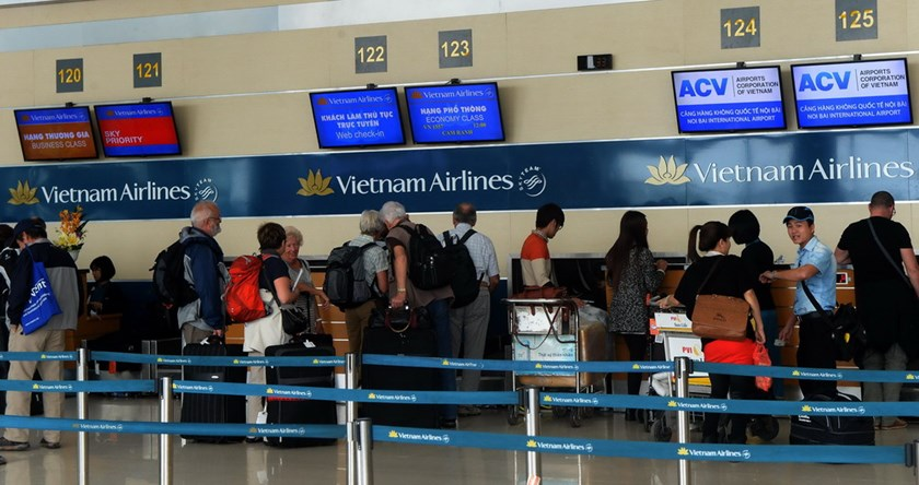 Passengers check-in for Vietnam Airlines flights at Noi Bai Airport in Hanoi on November 11, 2014. Photo: Hoang Dinh Nam/AFP