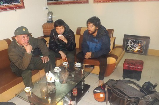 Israeli Burstein Noam, 23 (R) with Lao Cai officials after being rescued from days lost in cold and without food in Fansipan. Photo: Pham Minh Duc/Lao Cai Online,