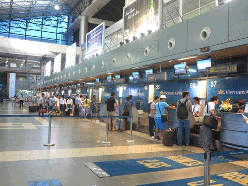 Passengers check in for Vietnam Airlines flights at Noi Bai airport in Hanoi. Photo: Mai Ha