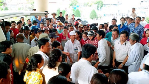 Locals crowd a hospital in Bac Lieu Province on December 20, 2014 to receive eight fishermen saved from a shipwreck. Photo: Tran Thanh Phong