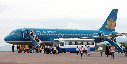 Passengers disembark from a Vietnam Airlines flight. Photo: Dao Ngoc Thach