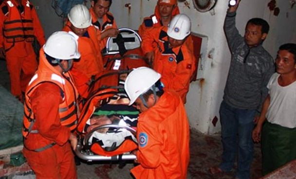 Vietnamese rescuers carry Edward Cupisz, 62, to hospital after an accident on his boat off Nha Trang left him paralyzed on the morning of January 3, 2015. Photo: Nguyen Chung
