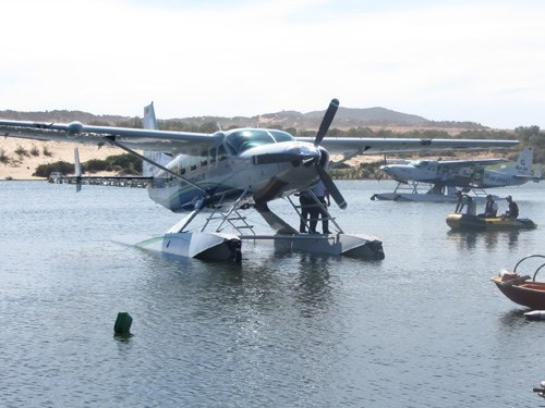 The first two seaplanes that landed in Phan Thiet on January 3 afternoon, carrying 14 Russian tourists from Ho Chi Minh City. Photo: Tieu Thien