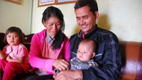 Lui (R) holds his three months old son who he wanted to name after Brazilian striker Neymar. Photo credit: Tuoi Tre