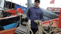 Nguyen Chi Thanh, 32, on his boat which was attacked by a Chinese crew off the coast of the Hoang Sa Islands on January 7, 2015. Photo: Van Minh/Tuoi Tre