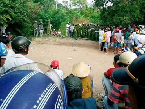 Provincial reinforcements were called in to quell a small riot after a man drowned trying to escape a raid on a cock fight in Bac Lieu Province on January 14, 2015. Photo: Tran Thanh Phong