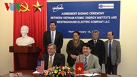 Vietnamese and US nuclear experts at a signing ceremony in Hanoi on January 15, 2015. Photo credit: Voice of Vietnam