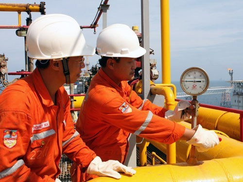 PetroVietnam employees at work. Photo credit: Vietnam News Agency