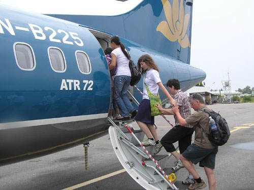 Foreign tourists get aboard a Vietnam Airlines flight in Phu Quoc. Photo: Mai Vong