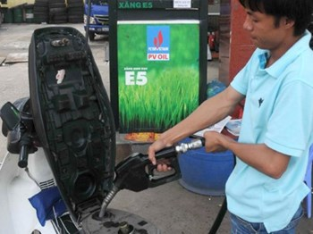 A station sells bio-gasoline E5 to a motorist in Ho Chi Minh City. Photo: Diep Duc Minh