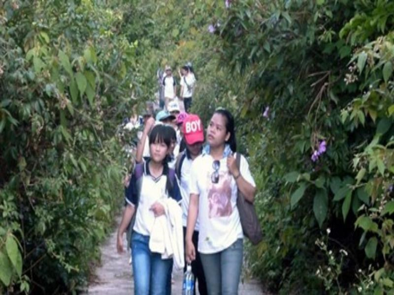 Le Thi Trang (R) takes students in Da Nang to the wildlife conservation center in Son Tra peninsular. Photo credit: Tien Phong