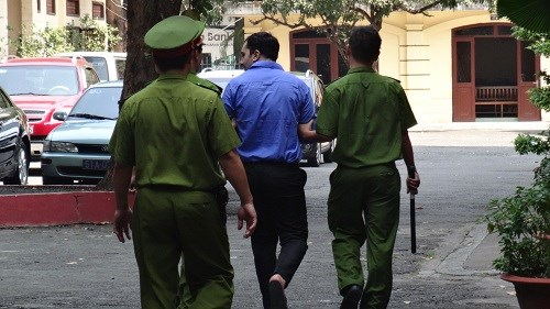 Ho Chi Minh City police escort Aliyev Ruslan Hamdulla to trial on January 26, 2015. Photo credit: Doi Song & Phap Luat