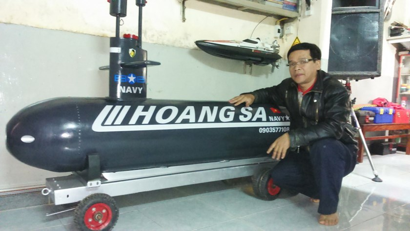 Le Nga with the remote control mini-submarine he made himself. Photo: Bui Ngoc Long