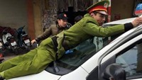 Hanoi cop rides on top of taxi to stop runaway driver