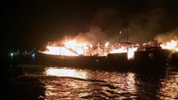 A cruiser on fire in Ha Long on February 3, 2015. All 25 people aboard including 16 foreign tourists were rescued. Photo credit: Tuoi Tre