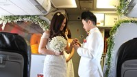 Tang Ai Linh (R) and Pham Thi Thanh Phuong exchange wedding rings on a Vietjet flight on Valentine Day.