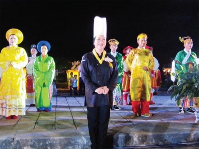 Ho Thi Hoang Anh (C) and people who served royal dishes at Festival Hue in April 2014. Photo: Bui Ngoc Long