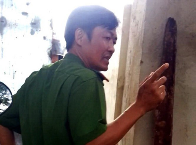 Vo Ngoc Quang, who has been suspended as a district investigator in Dak Lak Province for raising his gun at a team of colleagues to stop them from searching his house for illegal timber. Photo credit: Tuoi Tre