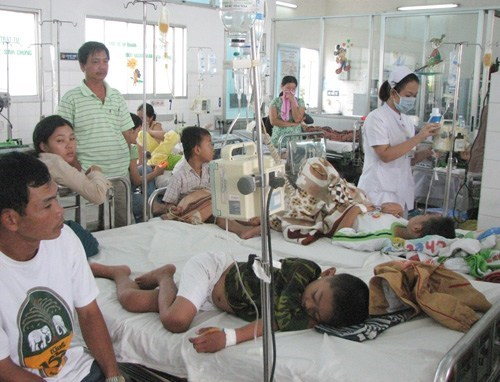 Children receive treatment for dengue fever at a hospital in Ho Chi Minh City. Photo: Nguyen Mi