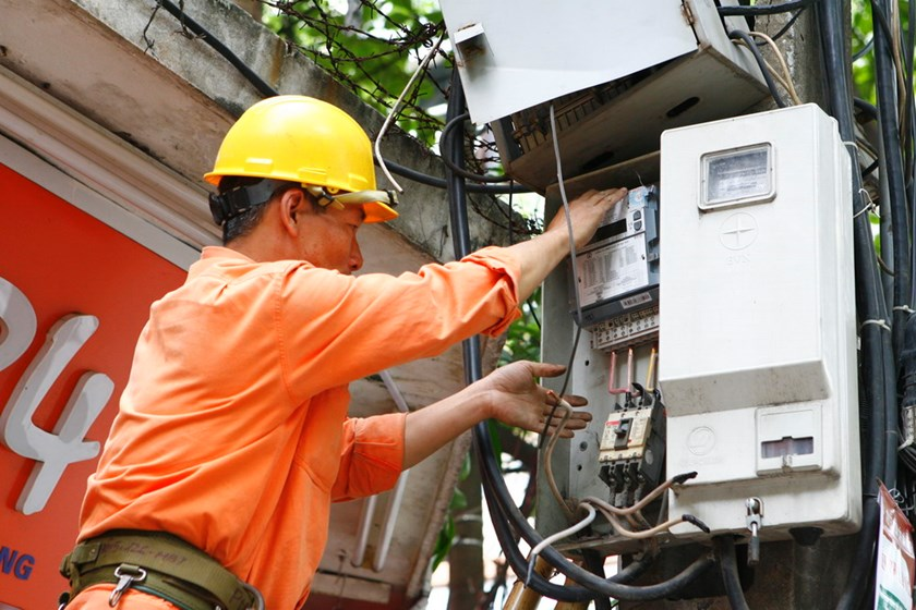 An electrician installs a power meter in Hanoi. Photo: Ngoc Thang