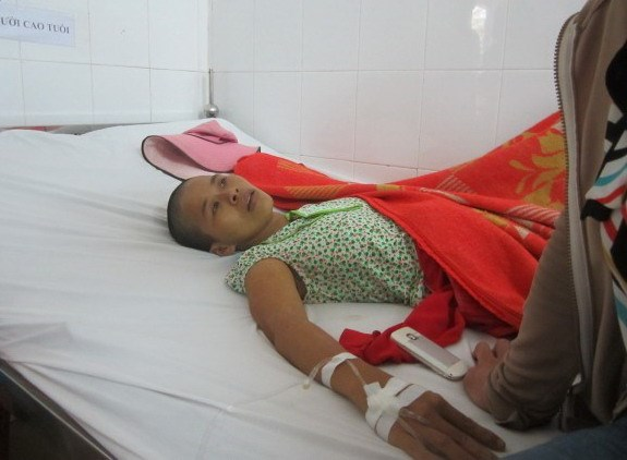 Nguyen Thi Be Dao, 26, stays at a Ba Ria-Vung Tau Hospital for treatment. Photo credit: Lao Dong