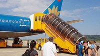 Foreign tourists go aboard a Vietnam Airlines plane in Phu Quoc. Photo: Diep Duc Minh