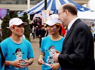 Mr. Rod Ward (R), General Manager of Roche Vietnam Co., Ltd. talks to volunteers at Le hoi Xuan hong.