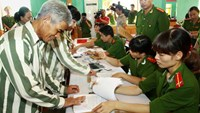 Prisoners in Phu Yen Province sign papers before being released under the government's amnesty in January 2015. Photo credit: Vietnam News Agency