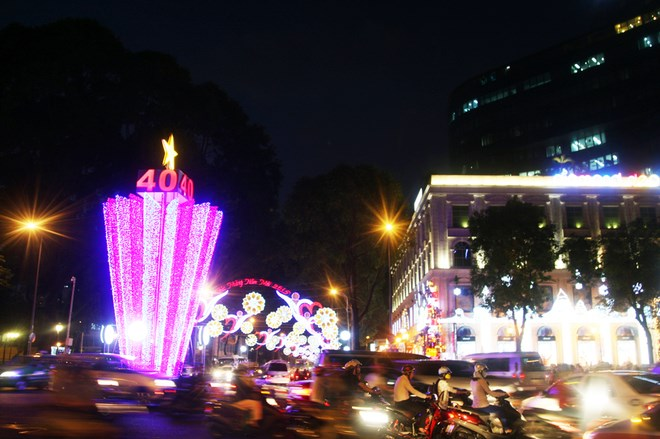 A light tower to mark 40 years of the end of the Vietnam War on Le Duan Street, Ho Chi Minh City. Photo credit: ngoisao.net