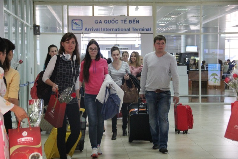 Foreign tourists arrive at Cam Ranh airport in Khanh Hoa. Photo credit: Lao Dong