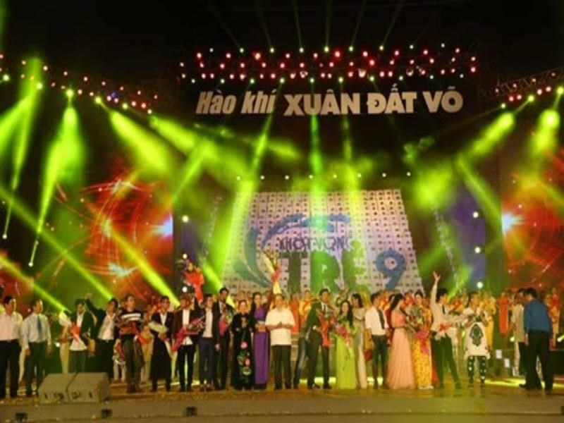 Organizers join artists on the stage of the ninth edition of Khat Vong Tre in Binh Dinh Province March 21, 2015. Photo: Doc Lap