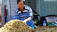 A peanut vendor at Saigon's Chinatown. Photo: Giang Vu