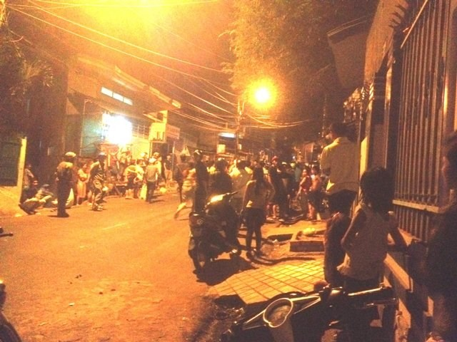 People crowd the street in Dak Lak Province after a group of gangsters killed a man at his house. Photo credit: Tuoi Tre